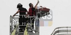 I pompieri traggono in salvo l'operaio ferito./Juan Carlos Muñoz